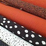 terracotta wafeltjes katoen en twill met painted dots zwart, confetti wit en spetters terracotta katoentjes