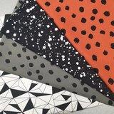 painted dots roest en army met painted splash zwart wit en origami triangels tricot