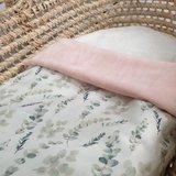 mozes mandje met dekentje van roze bamboe fleece met digitale eucalyptus takjes (1)