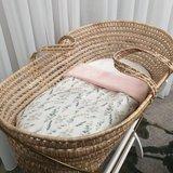 mozes mandje met dekentje van roze bamboe fleece met digitale eucalyptus takjes (2)