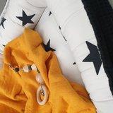 babynestje zwart met wit zwart reuze sterren, dekentje van gevoerde tricot Qjutie en kralen speenkoord (1)