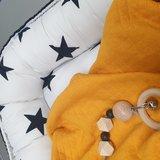 babynestje zwart met wit zwart reuze sterren, dekentje van gevoerde tricot Qjutie en kralen speenkoord (2)