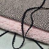 pantertje tricot poeder roze, zwarte pompomband en roze fluffie teddy