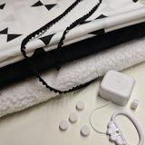 reuzen triangels met zwarte katoenen velvet en spierwitte teddy katoen met rammeldoosjes en  muziekdoosje en pompomband zwart