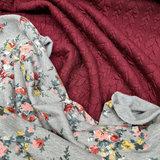 french terry grijs met bloemen en donker rode kabel tricot
