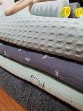 hydrofiel pluis, oud groene wafel, grijs teddy en garen met houten ring