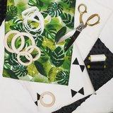 botanische stof met reuzen triangels en minky zwart houten babyringen en band met schulpjes rand