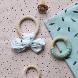 beebs confetti roze met veertjes vintage groen en houten ringen
