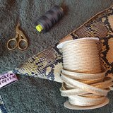 wikkeldoek gemaakt van army badstof slangen tricot gouden piping en army garen gutermann (2)