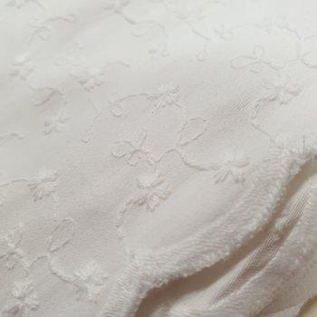 wit (off white) broderie bloemetjes met schulprand aan 2 zijden